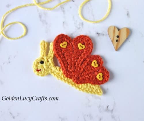Mariposa de ganchillo con alas de corazón.