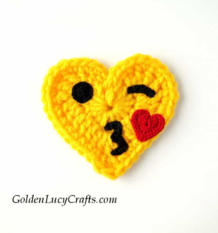 Crochet Emoji Blowing a Kiss, emoji crochet pattern, crochet emoji free pattern, heart emoji