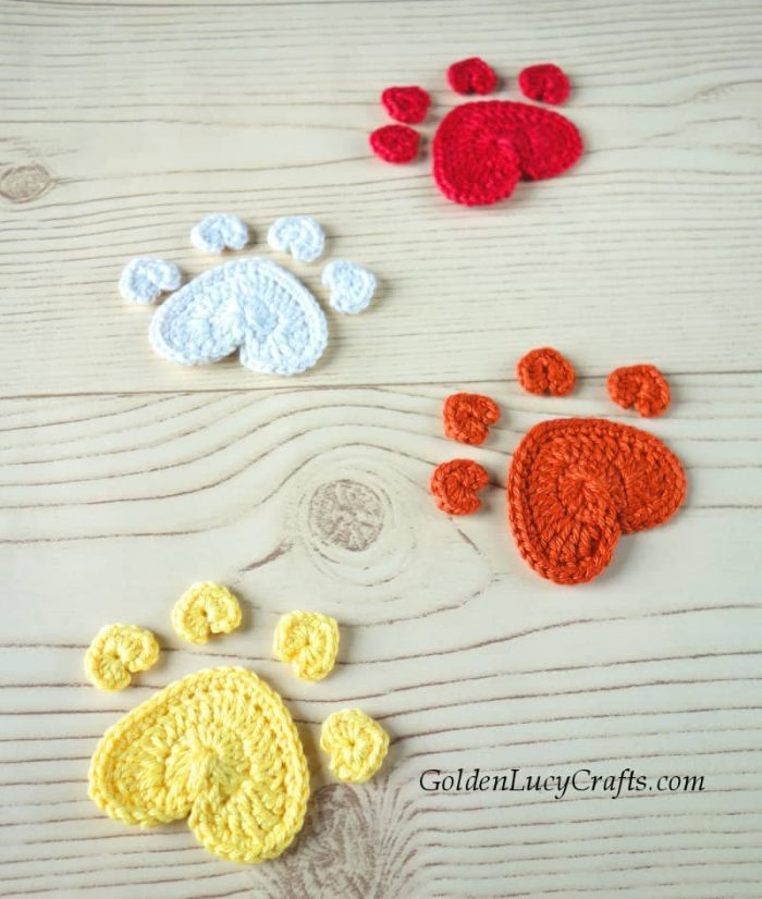 Crochet dog paw print applique, free pattern