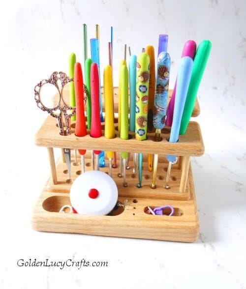 Crochet hooks organizer with hooks in it