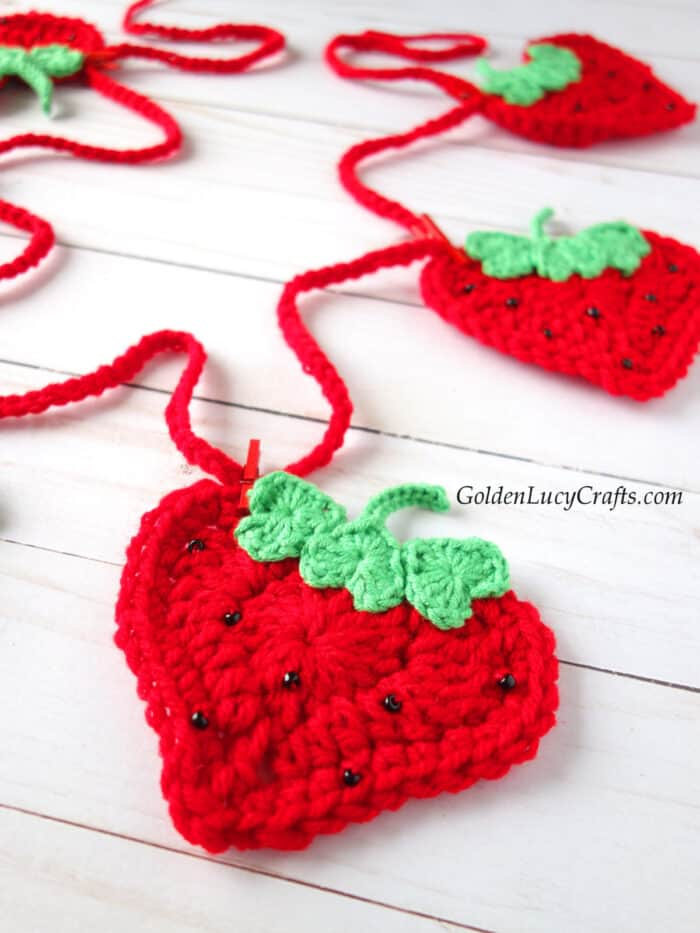 Crochet heart-shaped strawberries, DIY garland