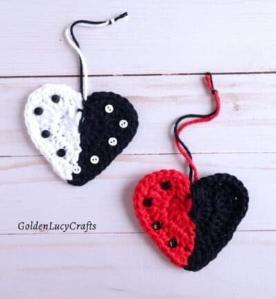 Crochet two-colored hearts.