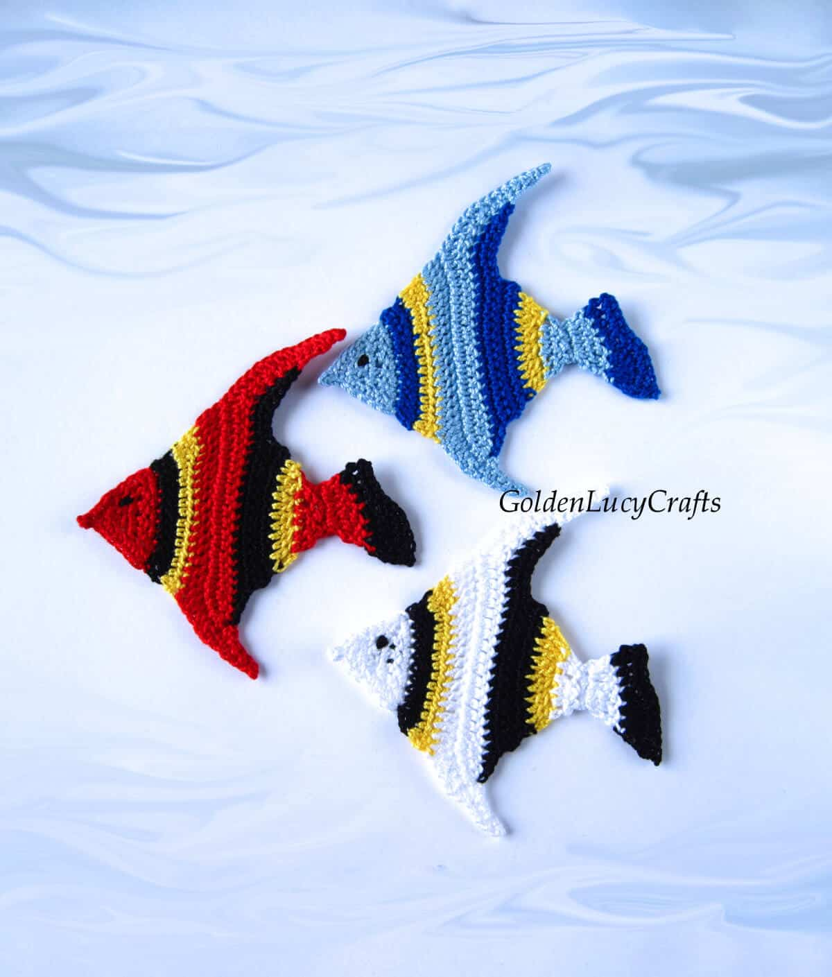 Aplique de tres peces de colores de ganchillo.