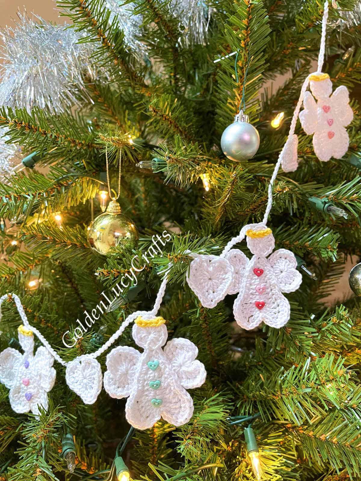 Árvore de Natal decorada com guirlanda de anjo de crochê.