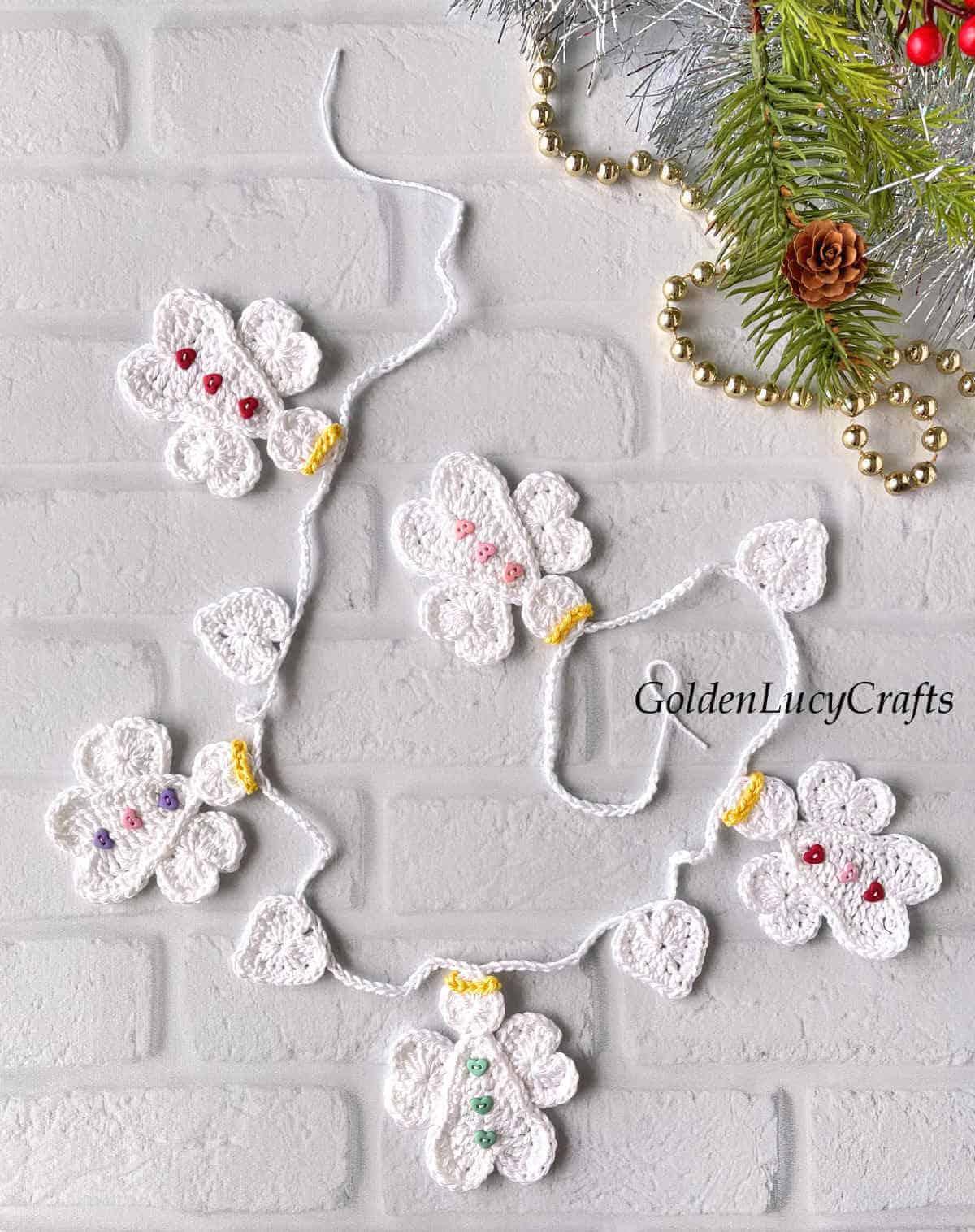 Guirlanda de Natal em crochê com anjos e corações em forma de coração.